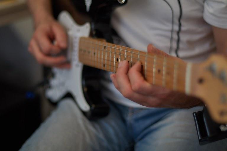 E-Gitarre und Westerngitarre